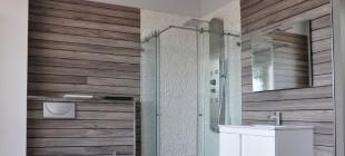 Un cuarto de baño completo y funcional