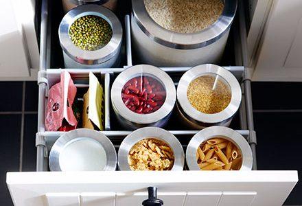 Botes de almacenaje en la cocina