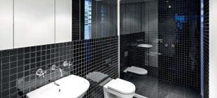Un cuarto de baño en blanco y negro