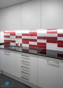 azulejos rojos y blancos cocina
